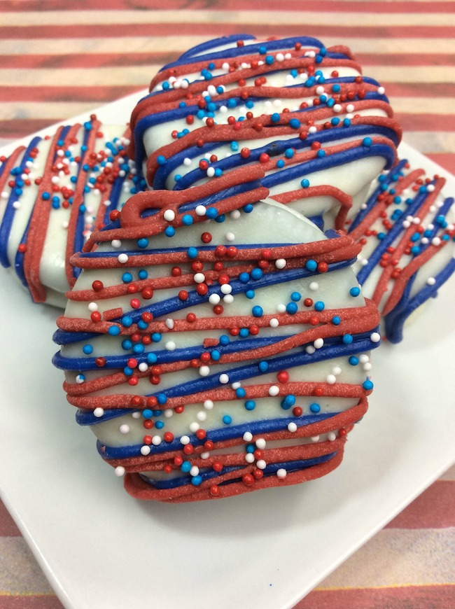 Today we have an easy Patriotic Oreos recipe. Because after all, who doesn't love oreo cookies to begin with!I know we do!