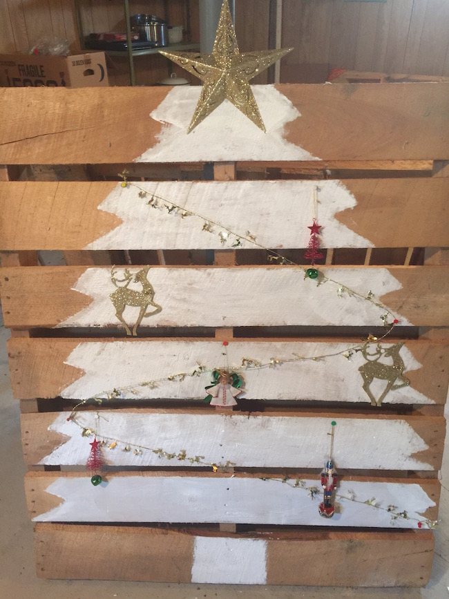 Welcome to day 4 of our 12 days of Christmas! Today we have a Christmas Tree Pallet tutorial. Though it sounds easy, there were some glitches along the way.