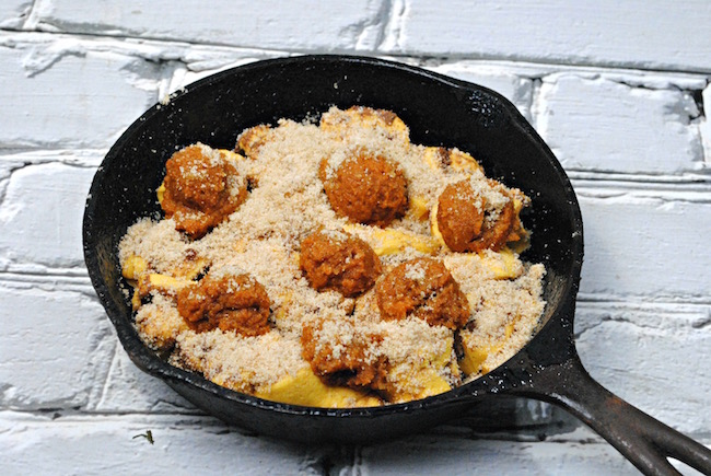 Now that we finished with our apple recipes, how about some pumpkin recipes. Today we have a Cast Iron Skillet Pumpkin Cinnamon Roll recipe.