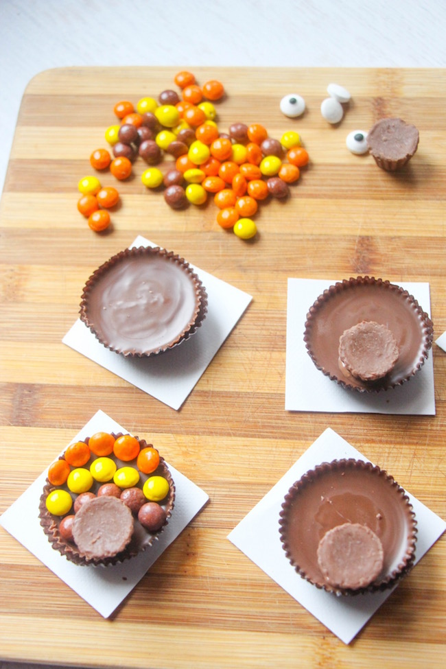 Just in time for Thanksgiving Day we have a super easy Reese's Turkeys recipe and free printable Thanksgiving Word download.