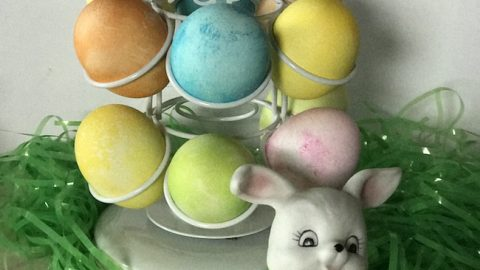 I wanted to share with you The Nifty Easter Egg Carousel! It is a really fun way to decorate and display your Easter Eggs.