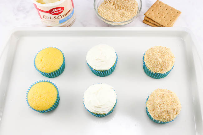 Yesterday was National Flip Flop Day and you can't go to the beach without your flip flops. So how about a Day at the Beach Cupcakes recipe!