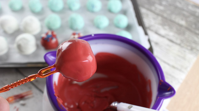Dip cake truffles in candy