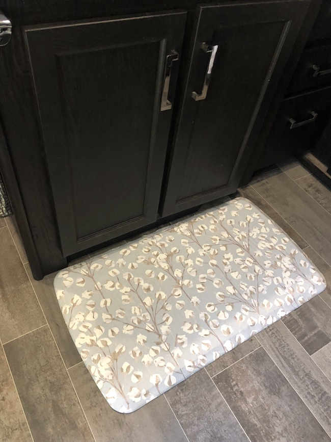 GelPro Elite kitchen mat is made with high-density foam with a revolutionary dual comfort core, it provides lasting cushion and support.
